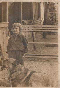 A helyszín Gárdonyban, a ma már Bóné Kálmán nevét viselő utcában található, ám a régi időkben, a kép készültekor, ezt az utcát Öreg utcaként ismerték.     A fényképen szereplő kislány, Kotaszek Klárika, Bóné Kálmán igencsak okos (németjuhász) kutyája mellet áll, ami arról volt ismert, hogy szájában kosárral sétált el a helyi kiskereskedésbe és benne bolti árut vitt haza gazdájának.  Bóné Kálmán, szeretett kutyáját koprosóba helyezve temette el kertjében, ami mai napig ugyanazon a helyen megtalálható lenne.