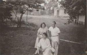 A Bóné család tagjai a kúria udvarán. A hármas csoportkép hölgy szereplői nem beazonosítottak.