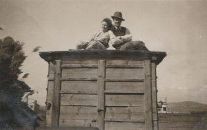 A fotó az 1930-as évekből való, a Sirály strand néven ismert tóparti területen készült.  A  képen a Bóné család két azonosítatlan tagja jelenik meg.