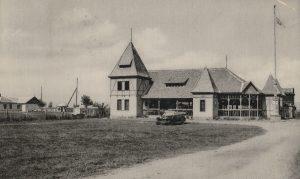 Sirály strandfürdő az 1960-as évek elején. A képen a Sirály üdülő és vendéglő tornyos épülete, valamint az épülettől balra a Naphal utca látható.