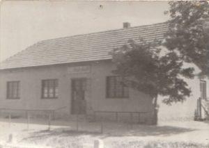 Vacsi kocsma (vendéglő) 1960 szeptemberében. Az épület a 7-es út és a Posta utca sarkán állt