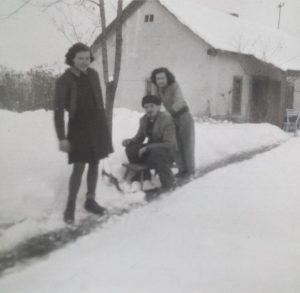 Gárdony, Posta utca (egykor Szöllősy Móric utca) 1955-ben.  A gárdonyi óvoda mellet lévő épület, tanárlakásként funkcionált, amelyben a képen szereplő Reisz család is lakott. Az 1930-as évek táján, ugyanezen a helyen működött a Hangya szövetkezet, melyet Szécsény Ferenc kántortanító vezetett.