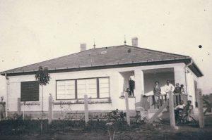 Gárdonyban, a Kemény Zsigmond és az V. utca sarkán található meg Eisemann Mihály zeneszerző egykori nyaralója.     A fotó, II. világháború előtti időkben készült. Az épület mai napig létezik és a család tulajdonában áll.