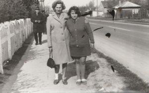 A képen látható utcai jelenet a gárdonyi főúton lett megörökítve. A kép bal szélén, fehérre meszelt vasúti kerítés, jobb sarkában pedig a régen Kisfészek néven működő nyaraló látszik. A fotó 1960 környékén készült.
