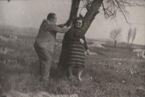 Az 1950-es évektől egyre kelendőbbek lettek a frissen parcellázott telkek, az építkezni vágyók körében. Smolcz Géza és felesége a kép készültekor vásárolták meg Naphal utcai telküket, amelyre Jung Ferenc kőműves épített nekik nyaralót. A nyaraló, azóta többszöri átépítésen ment keresztül, ám mai napig létezik és a család tulajdonában áll.