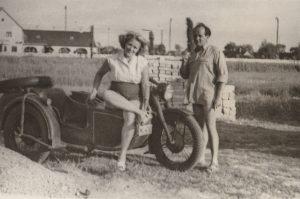A fotón Smolcz Géza és felesége látható, újonnan megvásárolt üdülőtelkükön. Háttérben a gárdonyi vasútállomás épülete jelenik meg,