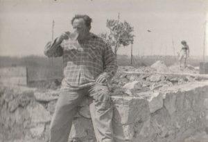 Smolcz Géza, házépítés közben az 1950-es évek végén. A fotón a ház elkészült alapja látszik. Az építkezésben Jung Ferenc, mint kőműves működött közre.
