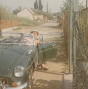Smolcz Géza, autójában ül, nyaralója előtt az 1960-as években.