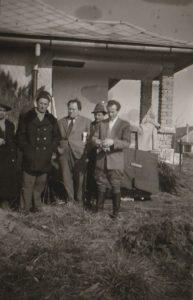Jung Ferenc, több tóparti házat is felépített, miközben egyre növekedett az üdülőház tulajdonosok száma. Építkezés során gyakorivá vált a kölcsönös segédkezés, így sok esetben barátság alakult ki az építkezésben résztvevők közt. A képen Jung Ferenc, Smolcz Géza és a velük barátságban álló nyaraló épÍttetők láthatók, az 1960-as években.