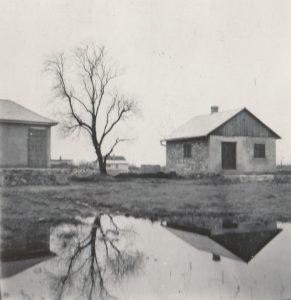 A tópart mentén gyakoriak voltak az árvizek, amelyek sokszor egészen az állomásig nyúltak. Az alábbi fotó egy árvízkor készült Naphal utcai tájképet jelenít meg.