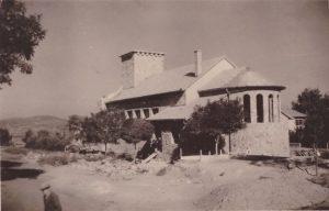 A kép a gárdonyi katolikus templomot ábrázolja félkész állapotában. Az építkezés 1942-1943 körül kezdődött meg.