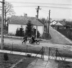 A fényképen lévő jelenet a gárdonyi emeletes iskolából lett megörökítve. A kép rálátást ad a Bóné Kálmán és a Rózsa Ferenc utcára, ami egykor Vasút utca volt.