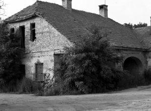 Gárdony Alfréd omladozó kúriája az 1960-as években. Később lebontásra került, amikor a Gárdonyi Géza Általános Iskolát bővítették.