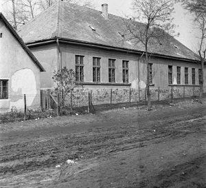 A fotó a Kossuth utcai, 1960-as évekbeli katolikus iskolát mutatja be.  A Katolikus iskola létezése előtt, az épület népiskola volt.