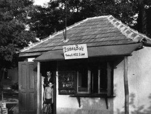Az 1960-as években a képen látható M.G.T.SZ. Zöldség Bolt megtalálható volt a Bóné Kálmán utcában. Az ajtóban Botos Lajos eladó és fia áll.