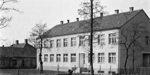 A Gárdonyi Géza Általános Iskola, az 1960-as években. Mögötte kivehető, Gárdony Alfréd elhanyagolt udvarháza, melyet később lebontottak.