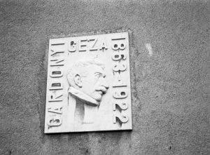 1963-ban, Gárdonyi Géza születésének 100. évfordulója alkalmából, őt ábrázoló domborművet helyeztek el a Gárdonyi Géza Általános Iskola falán.