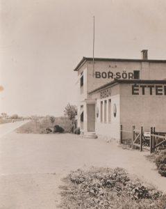 Babay vendéglő az 1930-as években, a vendéglővel szomszédosan felépült gárdonyi vasútállomás létezése előtti időkben.