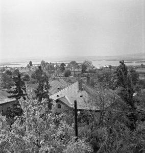 A fénykép a katolikus templom tornyából készült, a távolban a Sirály cukrászda épülete látszik. A fénykép az 1960-as évekre tehet.