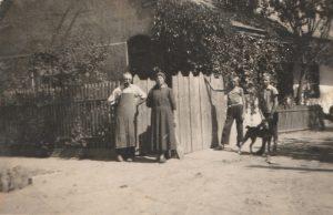Gruming József, feleségével és gyermekeivel a ma már Vörösmarty utcai házuk előtt. Az utca akkoriban a Bánót utcanevet viselte. A kép a II. világháború előtti időszakban készült.