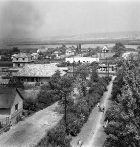 1960, kilátás a gárdonyi katolikus templom tornyából a 7-es út felőli, templom előtti térre. Ma itt található a Hősök parkja.