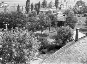Kilátás a Gárdonyi katolikus templom tornyából, 1960 körül. Az 1970-es években az itt látott területre épültek meg a Szabadság utcai tömbházak.