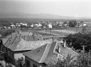 A kép az 1960-as évekre tehető. A templom tornyából látszik a posta utca sarkán lévő épület, amely a II. világháború előtti időkben csendőr-laktanya volt. A háttérben lévő üres terület, ma Penny és  a Spar üzletének helyszíne.