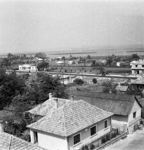 Rálátás az egykori Paprika csárda nádfedeles épületére, valamint a balra, a távolban a régi Sirály cukrászda (ma K&H Bank)  látszik.