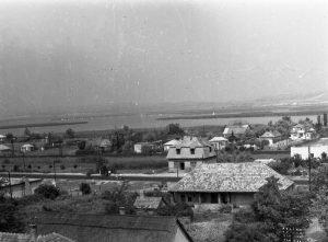 A kép az 1960-as elején lett megörökítve a katolikus templom tornyából. A fotón a tejbolt,messzebb pedig a Vadkacsa üdülőház épülete látszik.