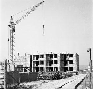 A fotón a Kölcsey lakótelep egyik félkész tömbháza szerepel, amely 1973-1974-ben épült fel. Korábban, a helyszínen kertészet működött.