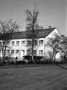 Gárdonyi Géza Általános iskola, átépítése után. Korábban az iskola épülete csupán egy szintes volt.