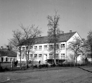 Gárdonyi Géza Általános iskola, átépítés után. Az iskola egy emelettel is bővült.A fotó bal szélén Gárdony Alfréd kúriájának telkén, egy még le nem bontott épület jelenik meg.