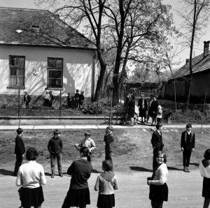 1970-es évekbeli kép a Posta utcai óvoda épületéről, amelyben korábban Szöllősy Móric lakott. Házát ő maga ajánlotta fel, hogy óvoda jöhessen létre, így 1928-ban már óvoda működött Gárdonyban. Korábban a Posta utca Szöllősy Móricz utca néven volt ismert