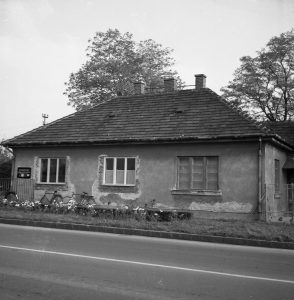 Gárdony, 7-es út. A ház egykor a Zöld-Kereszt orvosi rendelője volt, majd később fogorvosi rendelőként működött a II. világháború utáni időkben. A kép 1960 környékén készült