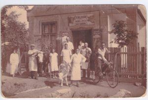 Kalmár Vilmos, alkalmazottjaival, hentes üzlete előtt a II. világháború  előtti időkben.
