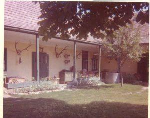 A kép az 1960-as években készült Gróf Esterházy László és felesége, Széchenyi Sarolta családi házáról, a Posta utcában.