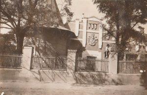 A kép az 1930-as években készült a mai Bóné Kálmán nevét viselő út utcafrontjáról, a Bóné  Gyula-kúria épületéről.
